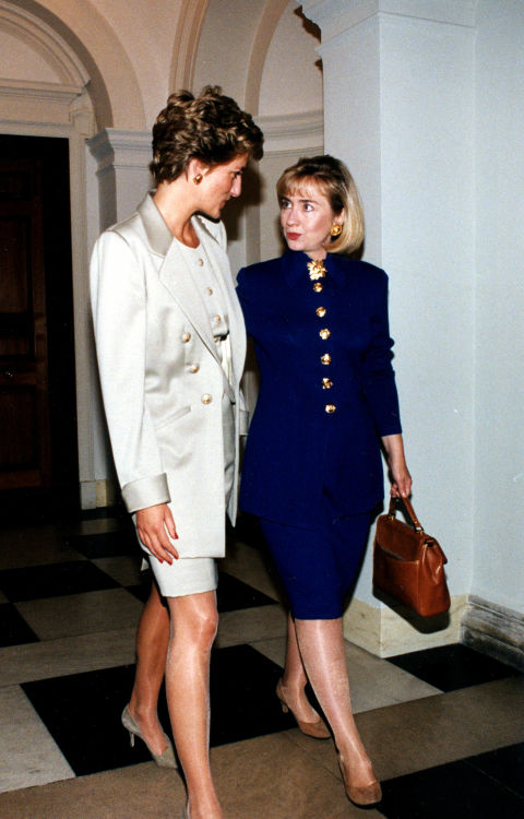 14. November 1994: Princess Diana and Hillary Clinton wearing a gold-buttoned skirt suit at a luncheon at the British Embassy.