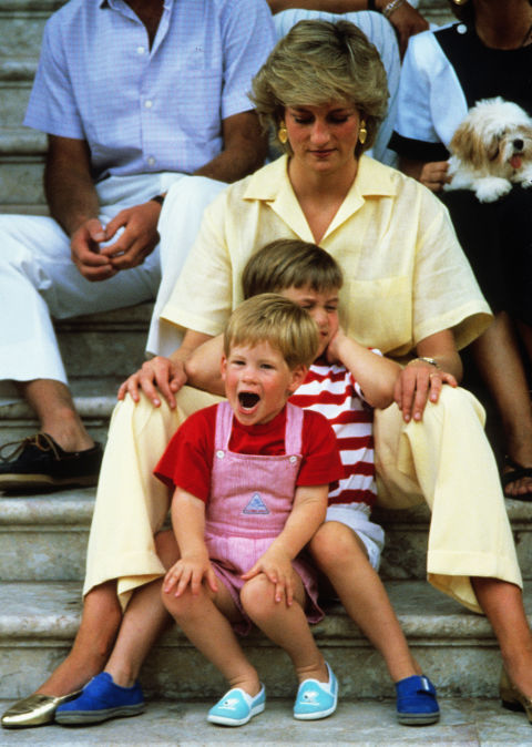 11. August 1987: Spedning time with Prince William and Prince Harry in Majorca, Spain.