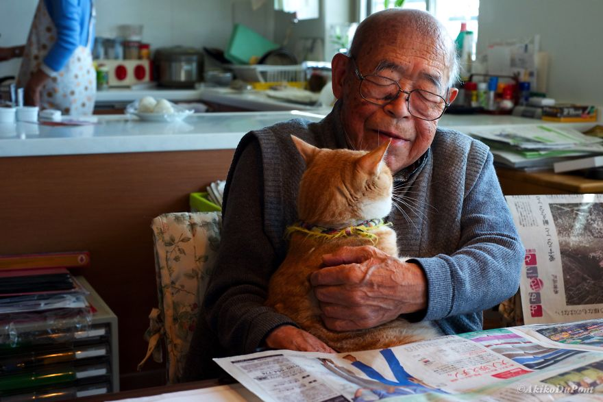 Since the War ended, for 64 years, Jiji commuted to his office, but in 2009 he was sent to the hospital. The doctor said he was sick.