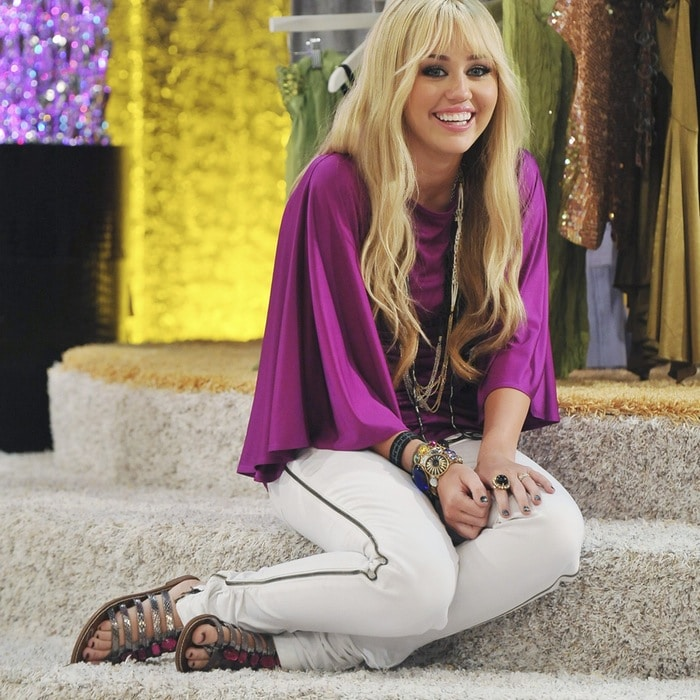 hannah montana rock your holidays essay contest Wizards on deck with hannah montana is a brand-new dvd starring april holidays justin is excited to meet london tipton when he wins an essay contest.