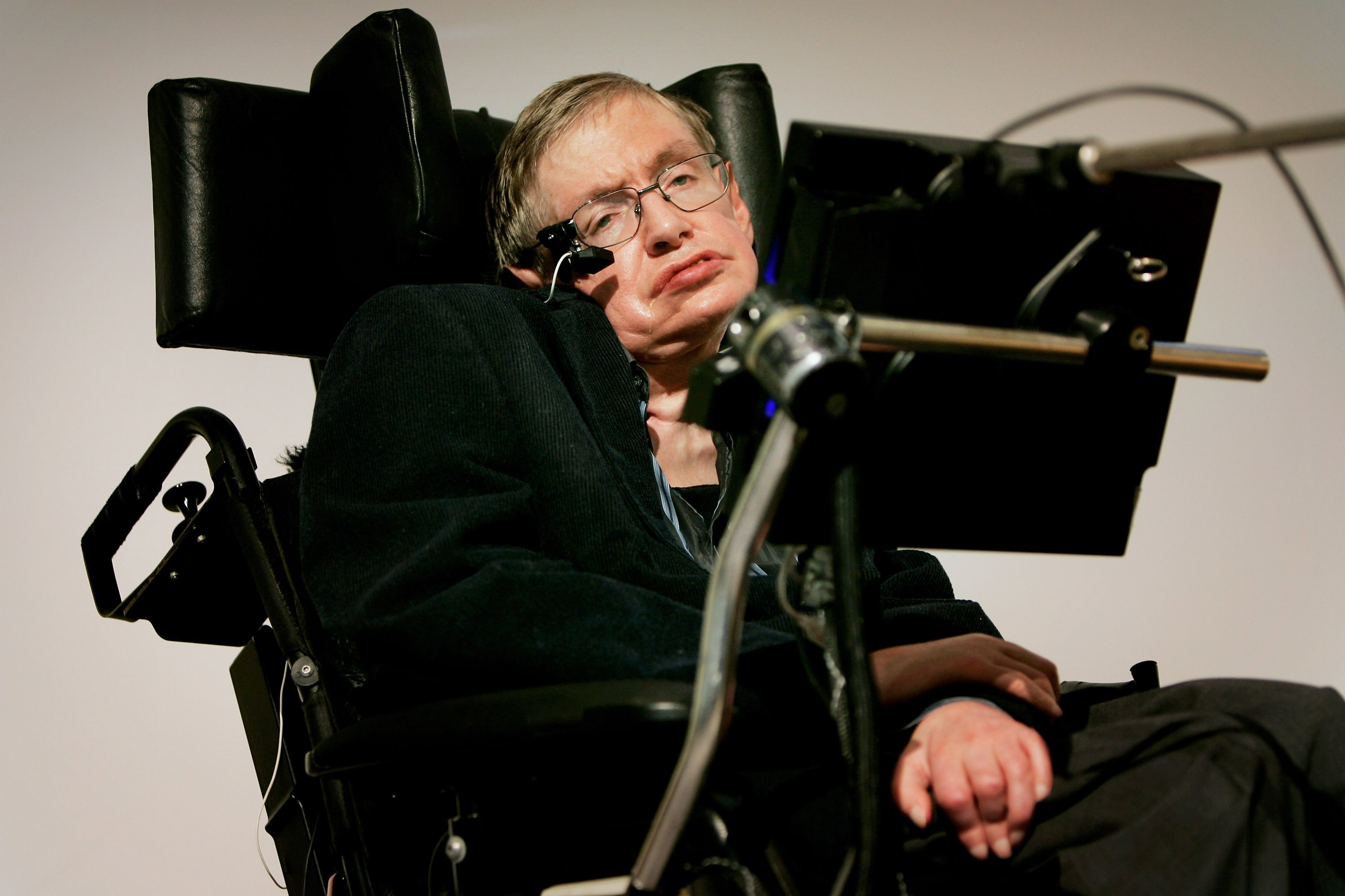 Stephen Hawking is certainly a science force to be reckoned with, so it's pretty worrying he's come out and given a time frame for the Earth's expiry and it's not looking great.